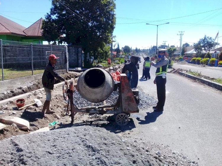 Peduli Terhadap Sesama, Sat Lantas Polres Manggarai Himbau Para Pekerja Jalan.