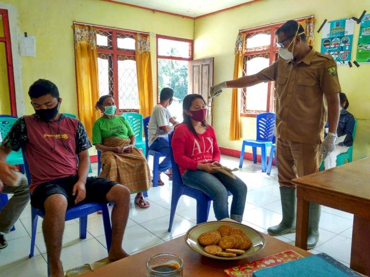 Terus Antisipasi Penyebaran CovId - 19, Bhabinkamtibmas Desa Buar Lakukan Pengecekan Suhu Tubuh