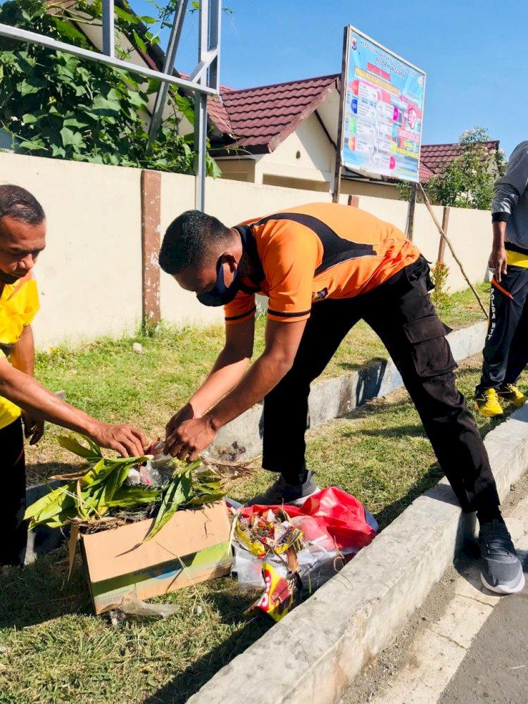 Budayakan Hidup Bersih, Polres Manggarai Lakukan Bakti Sosial.