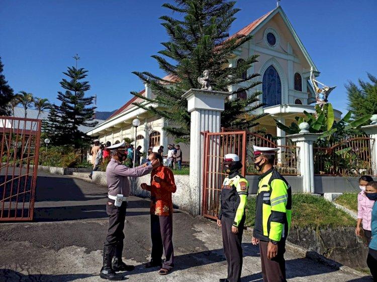 Sat Lantas Polres Manggarai Bagi Masker di Tempat Ibadah.