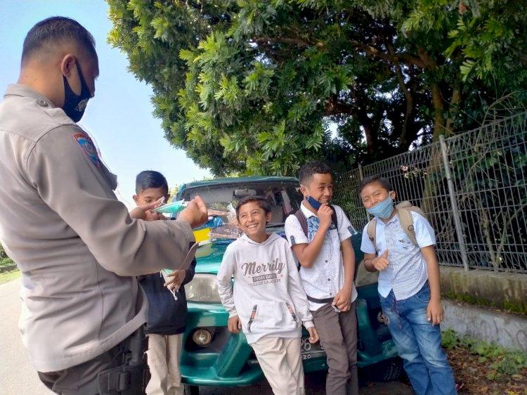 BRIPKA Fransiskus Maja Bagikan Masker Kepada Para Pelajar.