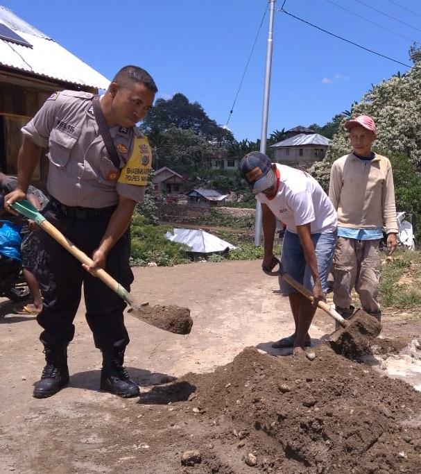 Wujud kepedulian | Bhabinkamtibmas Desa Buar bekerja bersama warga