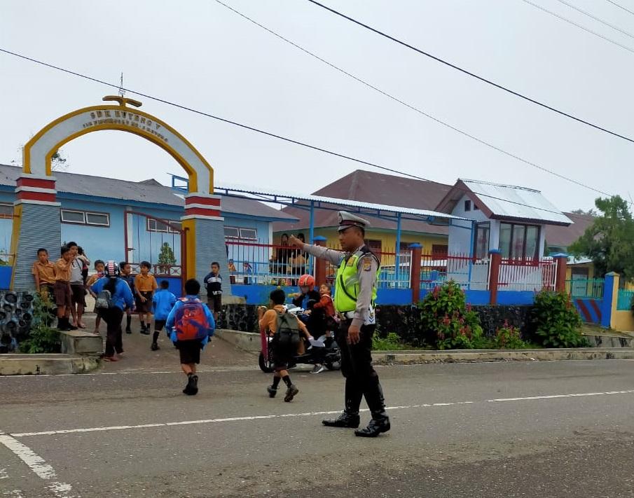 Berikan Pelayan Prima | Personil Satuan Lalu Lintas Polres Manggarai Laksanakan Gatur di Sekolah