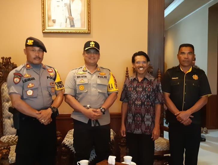 Jalin Kemitraan | Kapolres Manggarai Kunjungi Kediaman Drs. Cristian Rotok