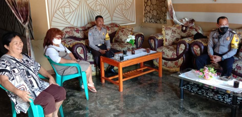 Antisipasi Covid - 19, Personil Bhabinkamtibmas Polres Manggarai Sosialisasi ke rumah warganya.